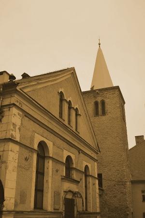 siedziba muzeum- dawny kosciol ewangelicki i sredniowieczna baszta pelniaca funkcje dzwonnicy