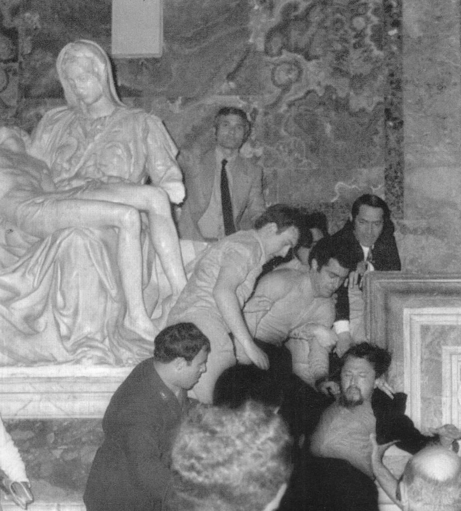 21.05.1972 r., Laszlo Toth jest odciągany przez strażników od Piety, którą przed chwilą zaatakował młotkiem. Foto: Wikimedia Commons.