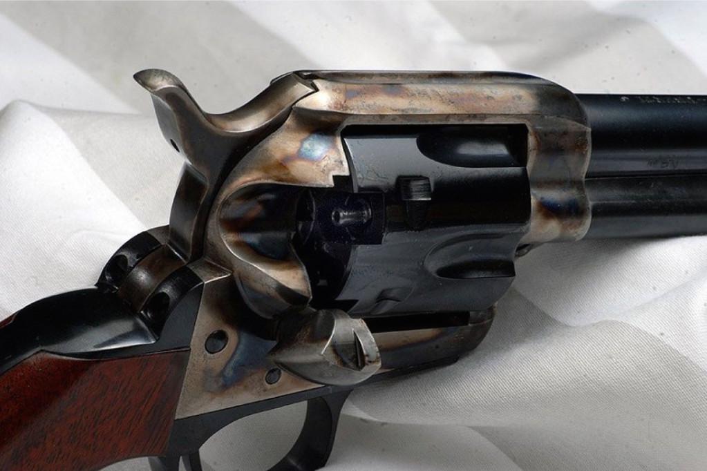 Rewolwer Hege Peace – kopia Colta SAA na amunicję rozdzielnego ładowania. Zamiast przelotowych otworów na naboje widoczne kominki do kapiszonów. Replika broni której ... nie było. Źródło: waffen-hege.de