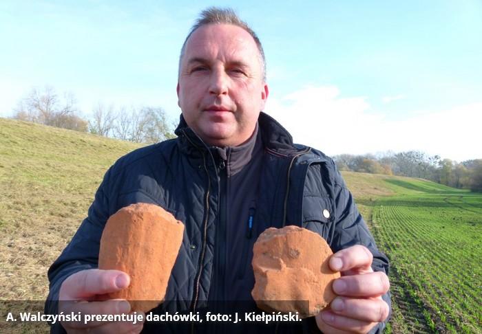 stary-torun-andrzej-walczynski-prezentuje-dachowki-fot-j-kielpinski